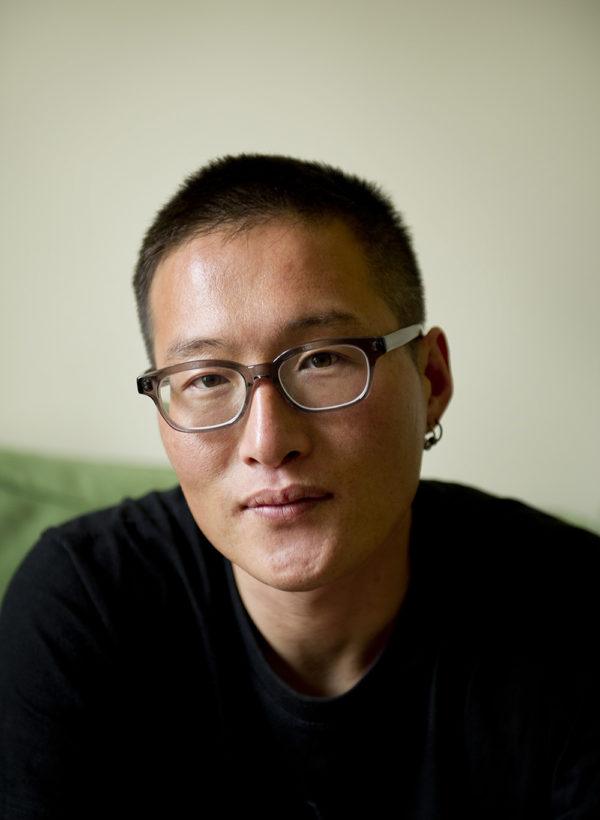 """摄影家:李大成(Lee Daesung) 出生于韩国釜山。 目前居住于法国巴黎。 毕业于韩国中央大学工商管理学院。 他一直在关注""""全球化及其在大背景下对人类社会和自然的影响""""这一主题。 自2010年以来,他尝试通过将纪实摄影与概念创作结合的方式,向观众讲述这个主题的深度和复杂性。 他的作品曾多次参加国际性的艺术节,包括2015年的""""摄影节""""、2016年法国的""""加西里艺术节""""和2016年的Foto Isatanbul。他的作品先后在美国有线电视新闻网(CNN)、《世界报》(Le Monde)、《德国地理杂志》(Geo Magazine Germany)和《华盛顿邮报》(Washington Post)等众多媒体上发表和展示,并获得2013年和2015年索尼世界摄影奖(Sony World Photography Awards)等众多奖项。他也是2016年度Prix Voices大奖得主。他被提名为2017年阿尔伯特-卡恩博物馆奖(Albert Kahn Museum Grant)决赛入围者,还被提名为2019年法国《世界报》(Le Monde)摄影编辑玛丽·莱列夫尔(Marie Lelievre)颁发的国际汽车大奖赛(Prix niépce)。"""